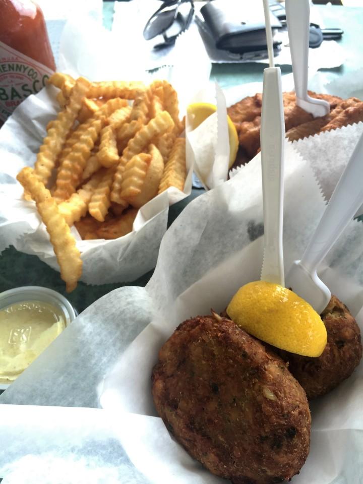 Bolinho de caranguejo, peixe e batata-fria do Alabama Jack's.