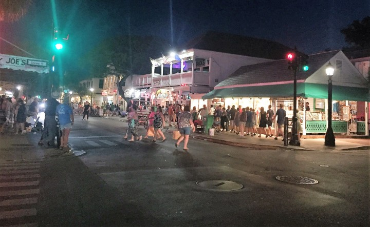 Noite na Duval Street, em Key West.