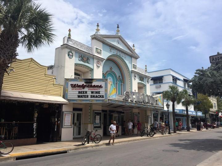 Moradores e turistas na Duval Street.